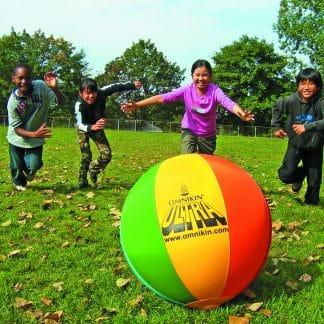 Enfants courent après ballon OMNIKIN