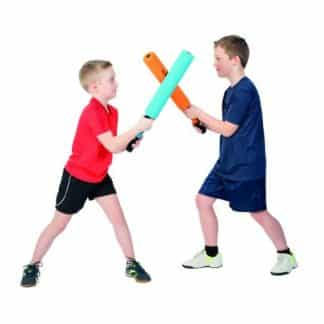 deux enfants garçons se battent avec battes de kendo junior