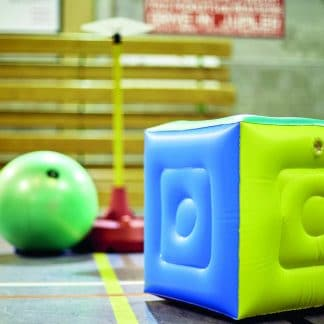 cube poull ball gonflable dans gymnase fond flou