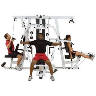 trois personnes en même temps su une machine de musculation