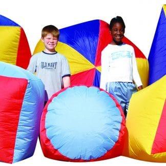 formes géométriques et deux enfants habillés en blanc, triangle, ronds, cubes structures gonflables géantes