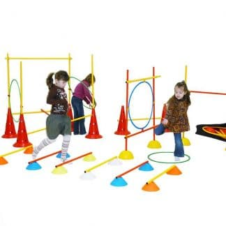enfants franchissant des obstacles