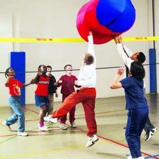 enfants jouent forme géante géométrique en l'air et filet, dans un gymnase