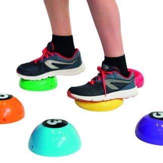 pieds enfants baskets noires et rouges marche sur sphères plastiques couleurs équilibre