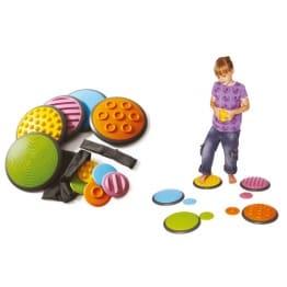 5 petits disques sous pieds couleurs enfant en t-shirt violet