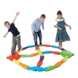 parcours d'équilibre matière en plastique antidérapants trois enfants marchent dessus